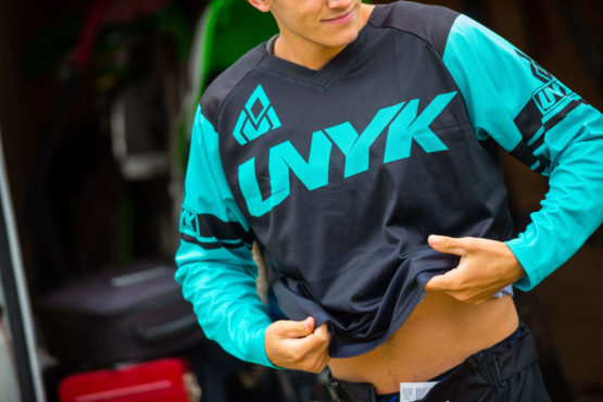UNYK MX unykmx backyard design Motocross Gear Brand Klamotten kleidung hose usa Marke Deutschland Weiß White Style türkis turqouise Gloves backyard design jersey print trikot bedruckung individuell weiß